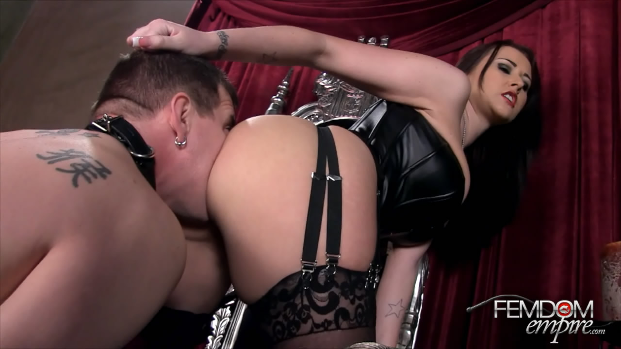 Раб лижет госпоже порно