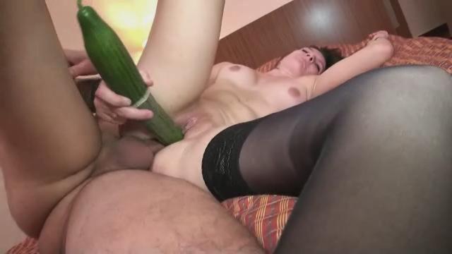 Женщина удовлетворяет себя огурцом видео, девушка усыпила и трахнула