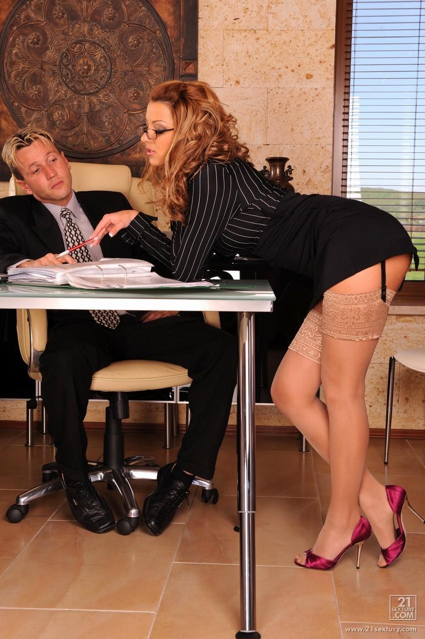 Секретарши трахает в офисе мужик не может достать 13 фотография