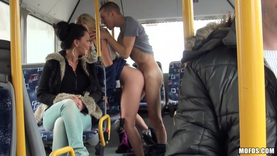 Трахаются в автобусе больше